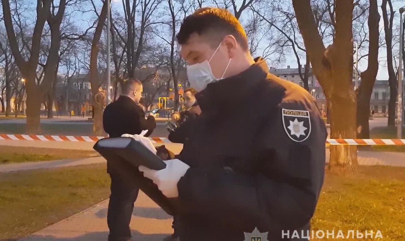 Нанес ножевые в шею и сбежал: иностранец убил одессита в Старосенном сквере (фото, видео) «фото»
