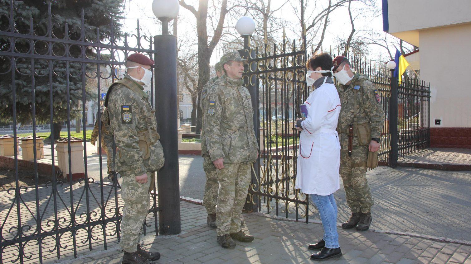 Курсанты одесской Военной академии продолжают заниматься: в масках и по 10 человек (фото) «фото»