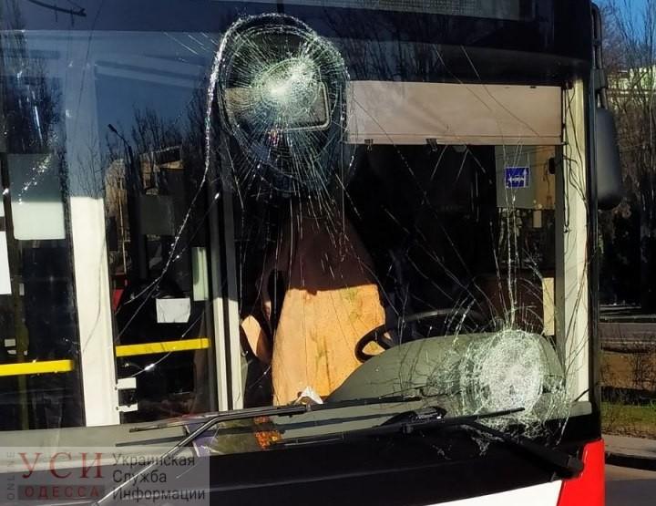 В Одессе несостоявшиеся пассажиры разбили 2 окна — в троллейбусе и трамвае ОБНОВЛЕНО «фото»