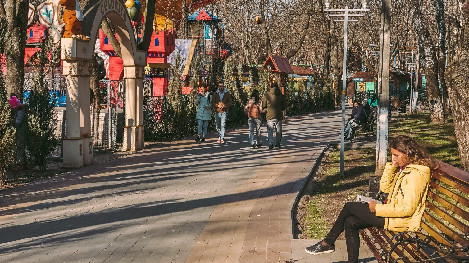 Весна в парке Горького: аттракционы закрыты, а одесситы читают книги на лавочках (фоторепортаж) «фото»