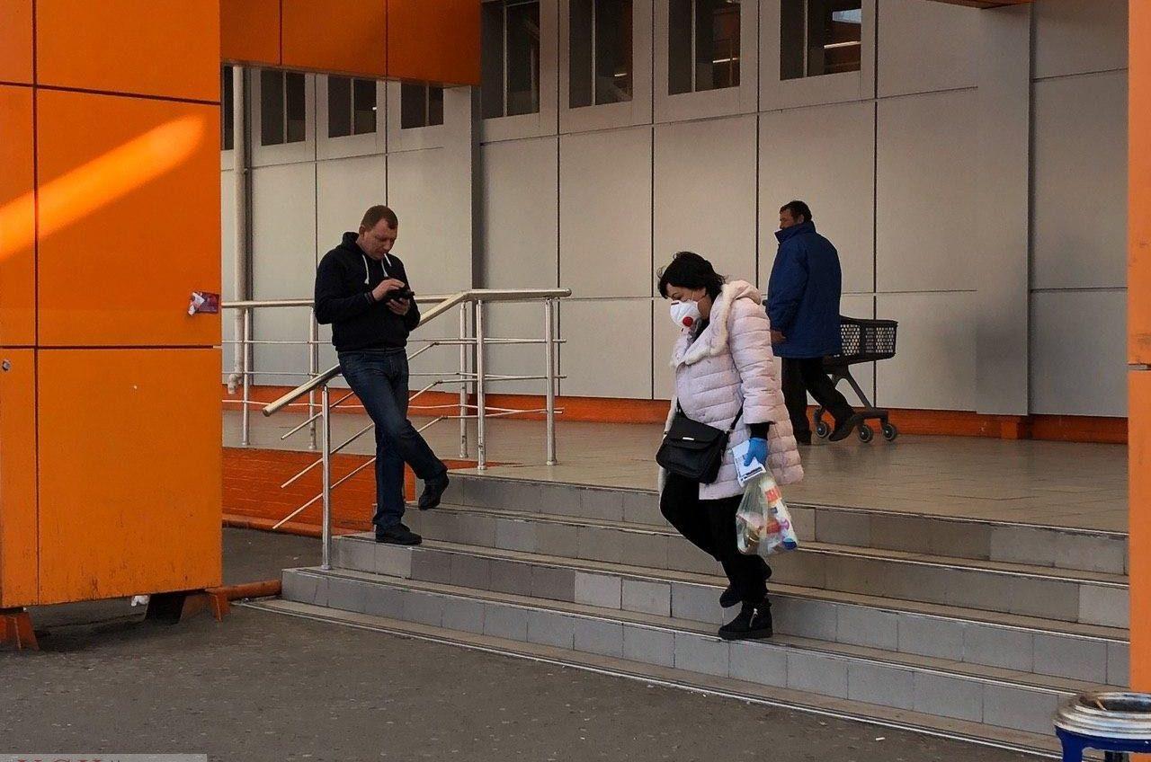 Первые дни карантина в Одессе: люди в масках и закрытые магазины (фоторепортаж) «фото»