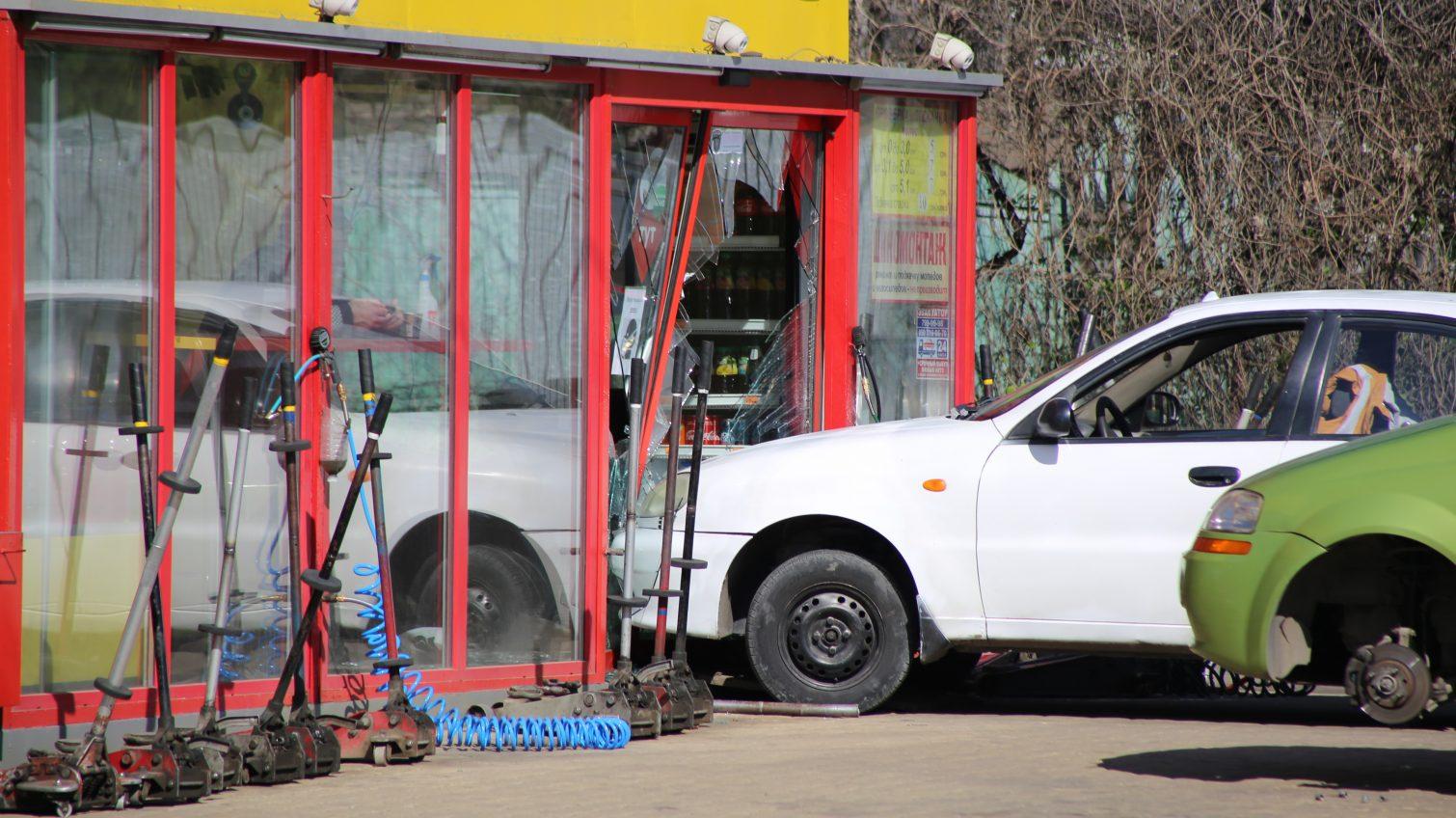 На Люстдорфской дороге автомобиль въехал в стеклянные двери шиномонтажа (фото) «фото»