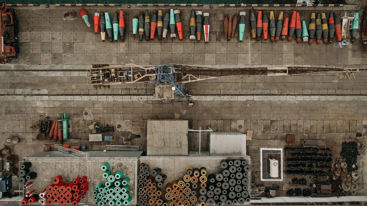 Морские «дорожные знаки» на суше: коллекция буйков в Черноморске (фоторепортаж) «фото»