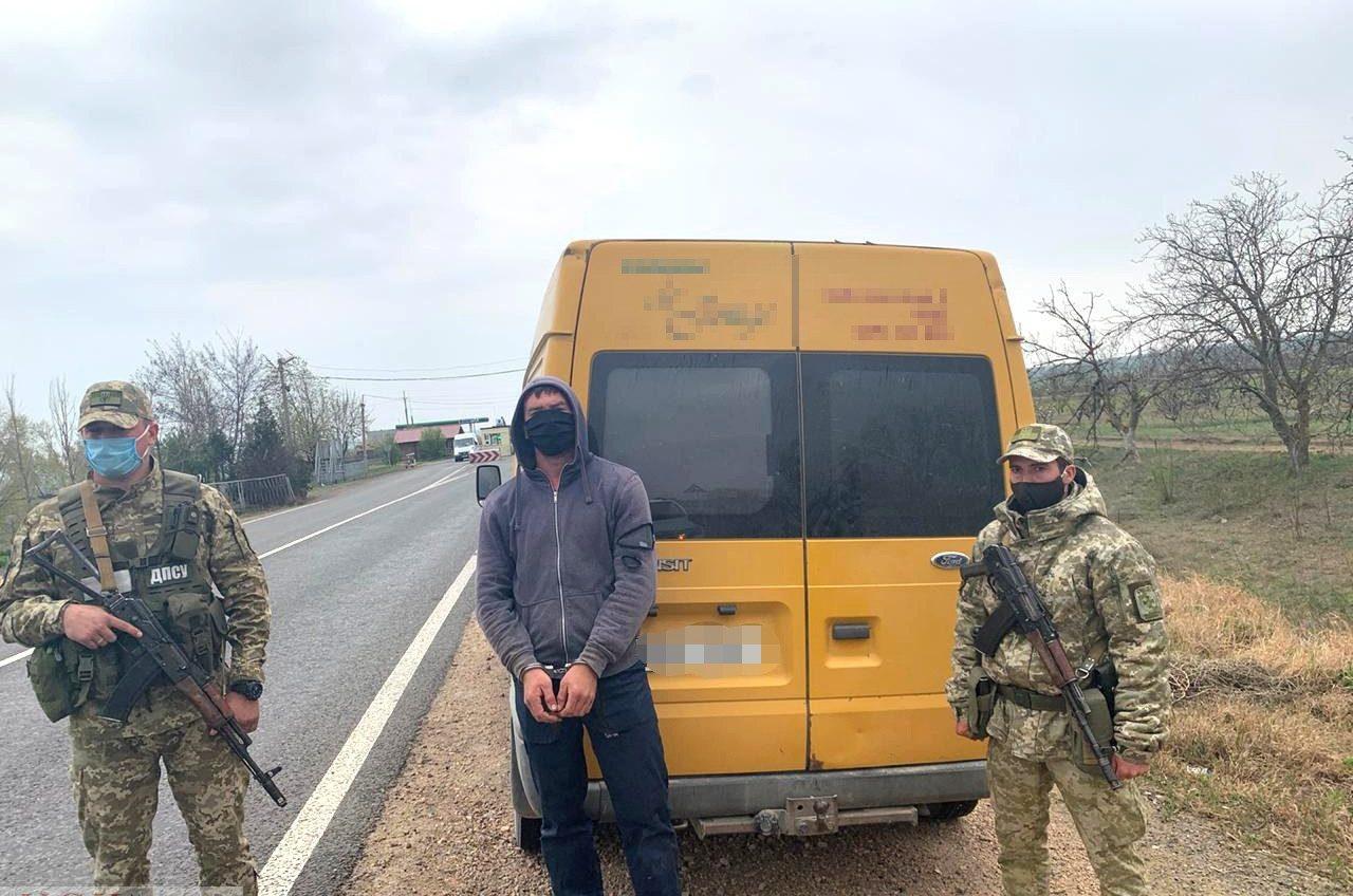 За незаконный въезд на территорию Одесской области у иностранца конфисковали микроавтобус (фото) «фото»