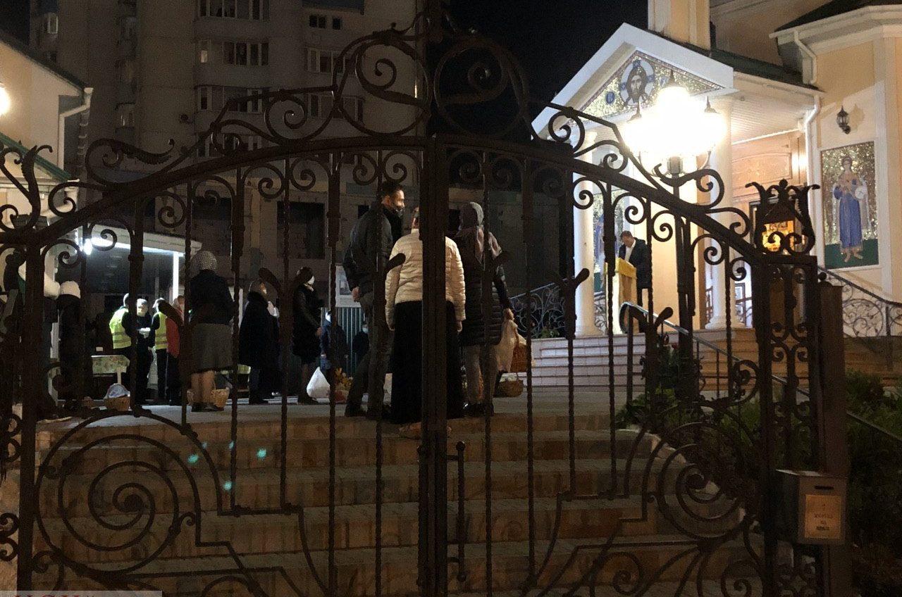 Одесситы пошли святить куличи: службу ведут на улице, но храм открыт (фото, видео) «фото»