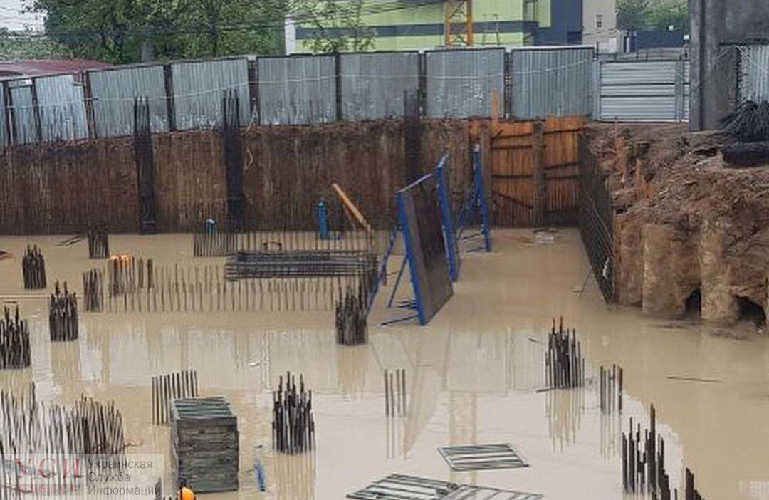 Скандальную стройку на склоне 13-й Фонтана затопило во время дождя (фото) «фото»