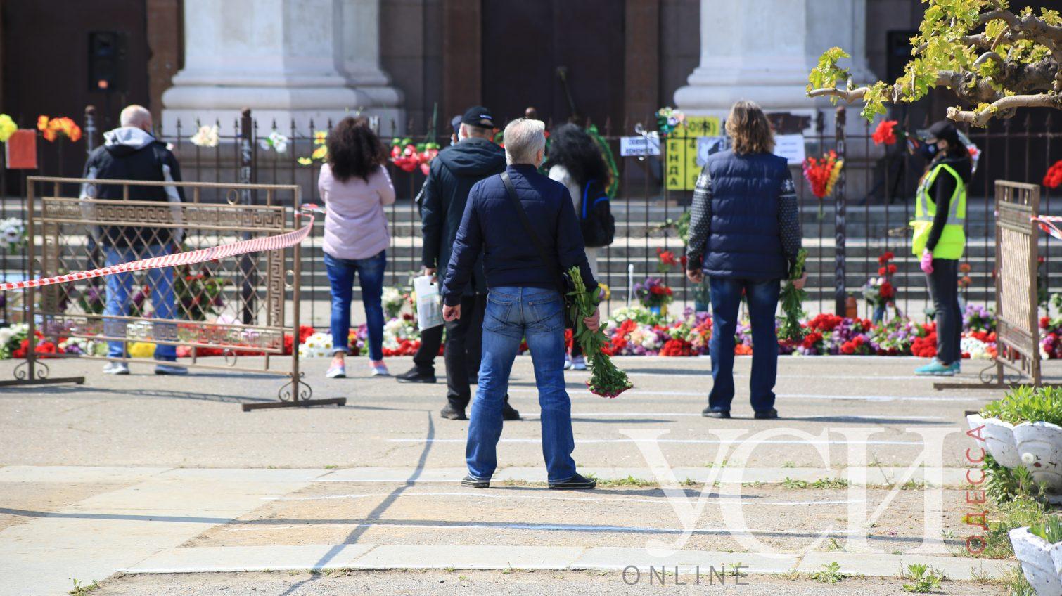 Годовщина 2 мая: первые стычки, закрытое Куликовое поле, политики и черные шары (фоторепортаж) ОБНОВЛЯЕТСЯ «фото»
