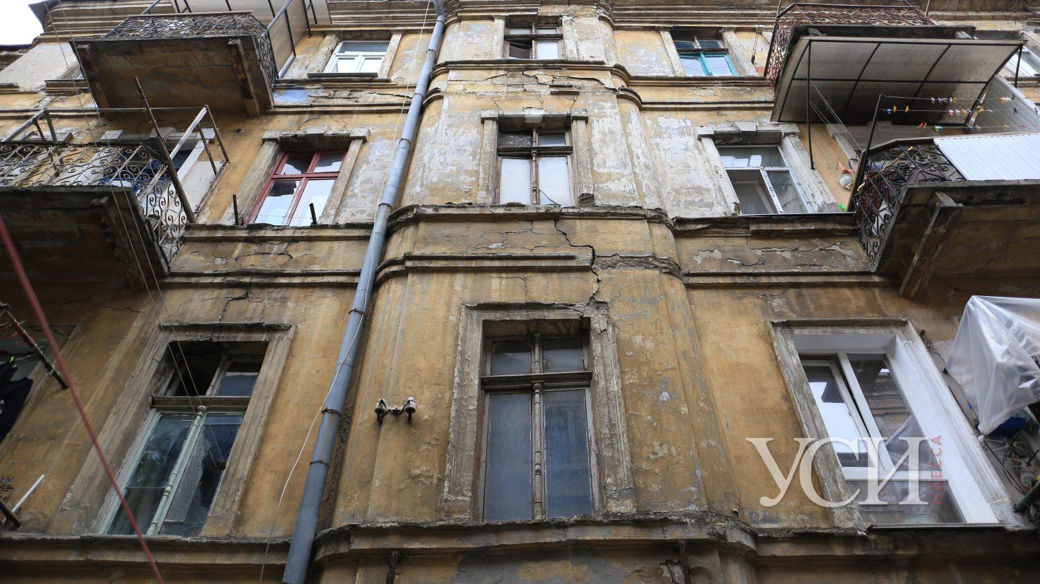 В центре Одессы жильцы надстраивают мансарду: в аварийном доме появились трещины (фото) «фото»