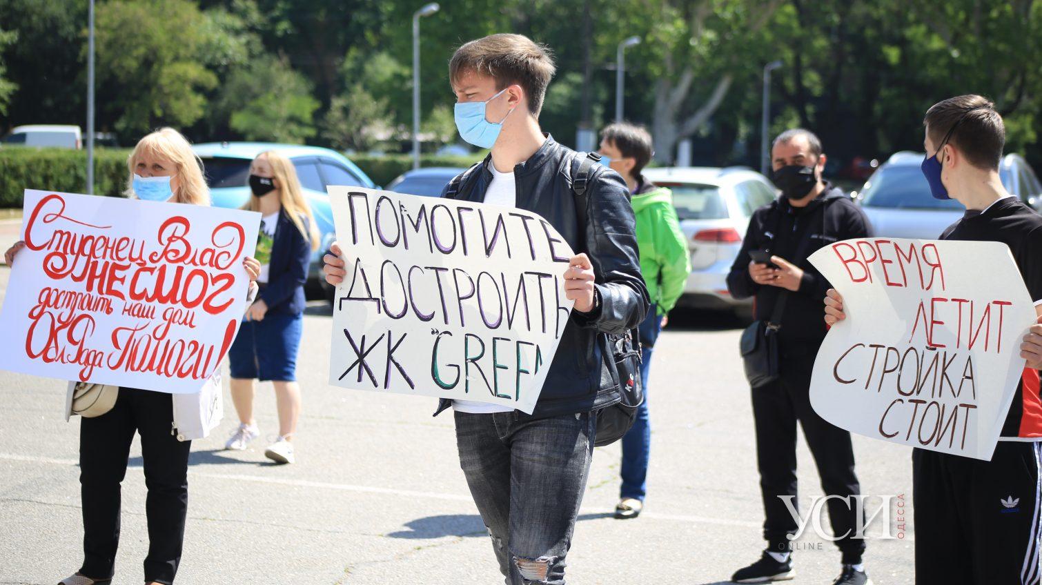Под Одесской ОГА митингуют инвесторы недостроя ЖК «Green's» в Крыжановке: 3 года они ждут жилье (фото) «фото»