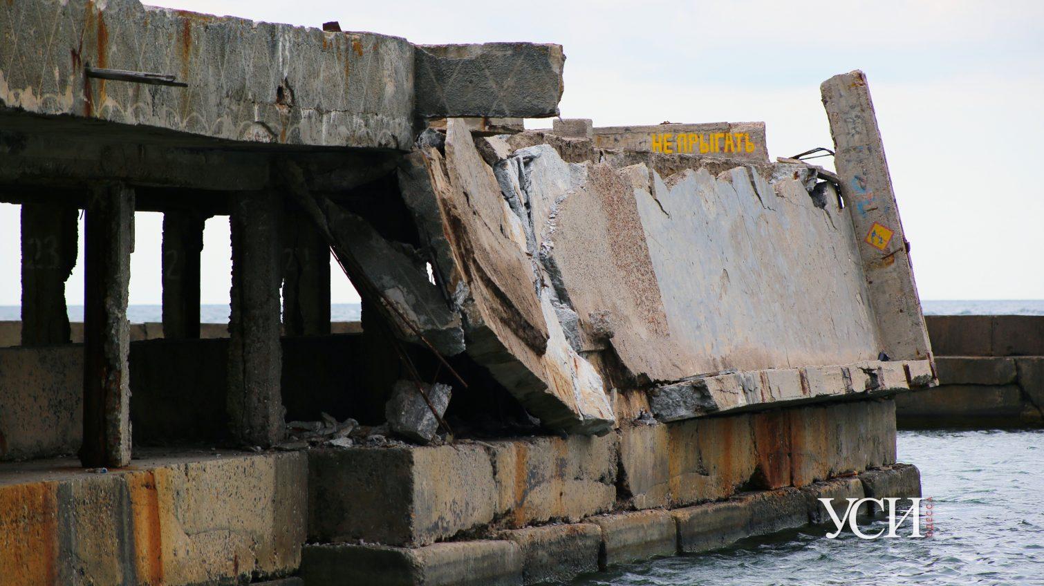 Рухнувший пирс поручили ремонтировать компании, которая провалила ремонт другого пляжа «фото»