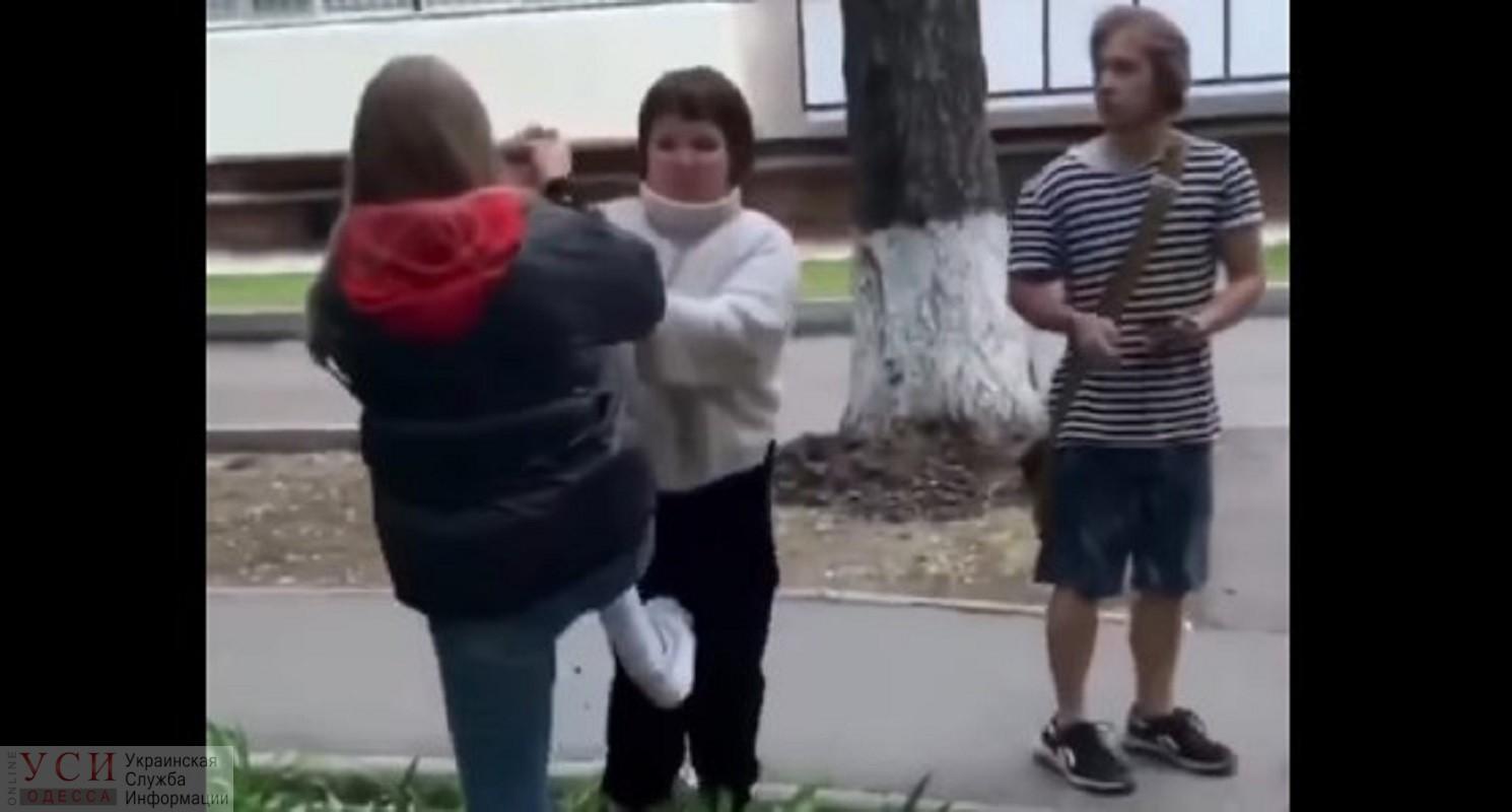 В Черноморске подростки избили девочку и выложили видео: ее мама не будет обращаться в полицию, но там уже начали следствие «фото»