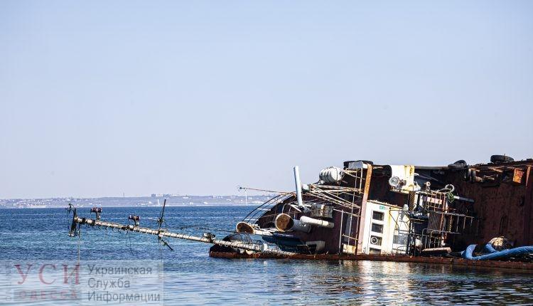 Затонувший танкер снова залил одесское побережье нефтью, дальше будет хуже (видео) «фото»