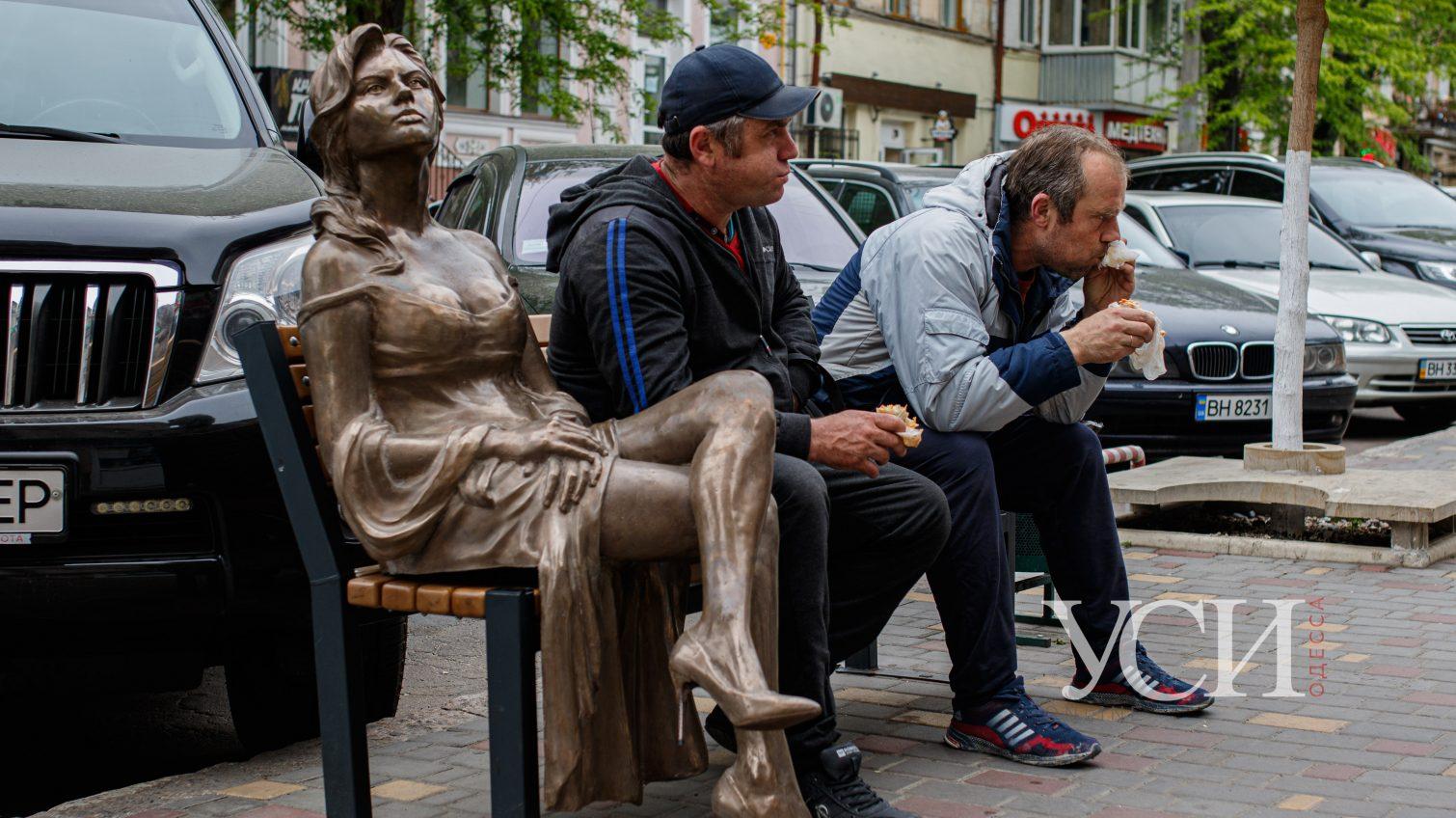 На Новом рынке установили скульптуры, которые прячут по ночам от вандалов (фото) «фото»