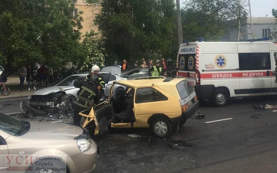 На Таирова не поделили дорогу две легковушки: пострадавшего из машины достали с трудом (фото, видео) «фото»