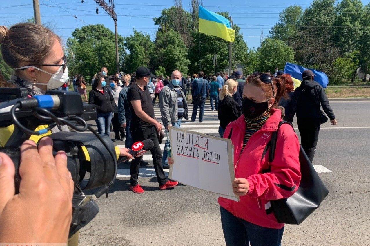 Восемь месяцев без зарплаты: портовики перекрыли въезд в Черноморск (фото) «фото»