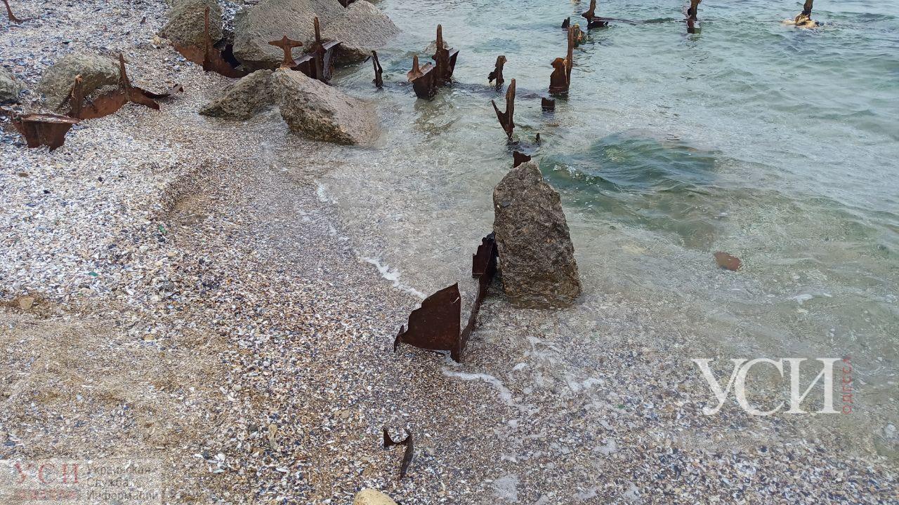 На пляже под Одессой из воды торчат ржавые штыри (фото) «фото»