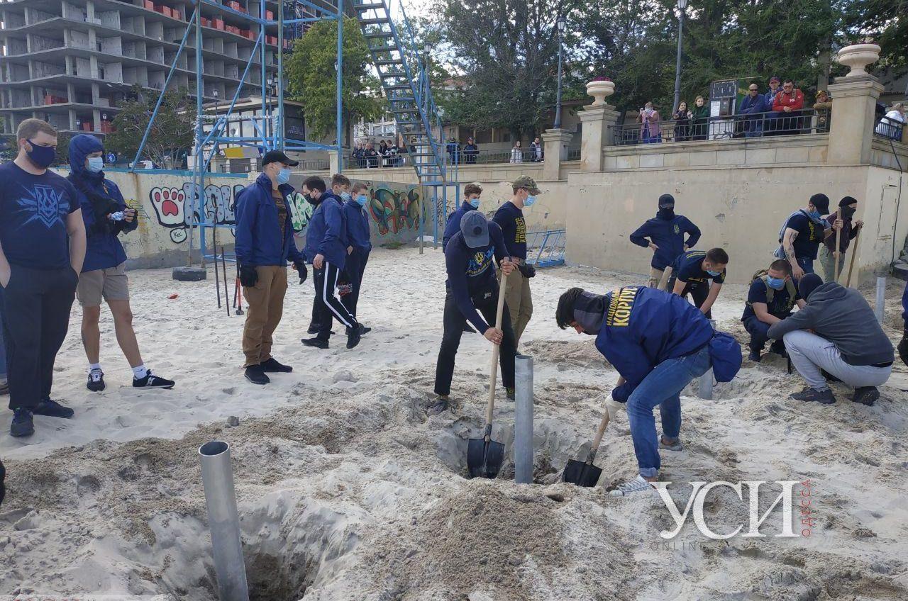 С пляжа на 16 станции Большого Фонтана активисты демонтировали металлические сваи (фото, видео) «фото»