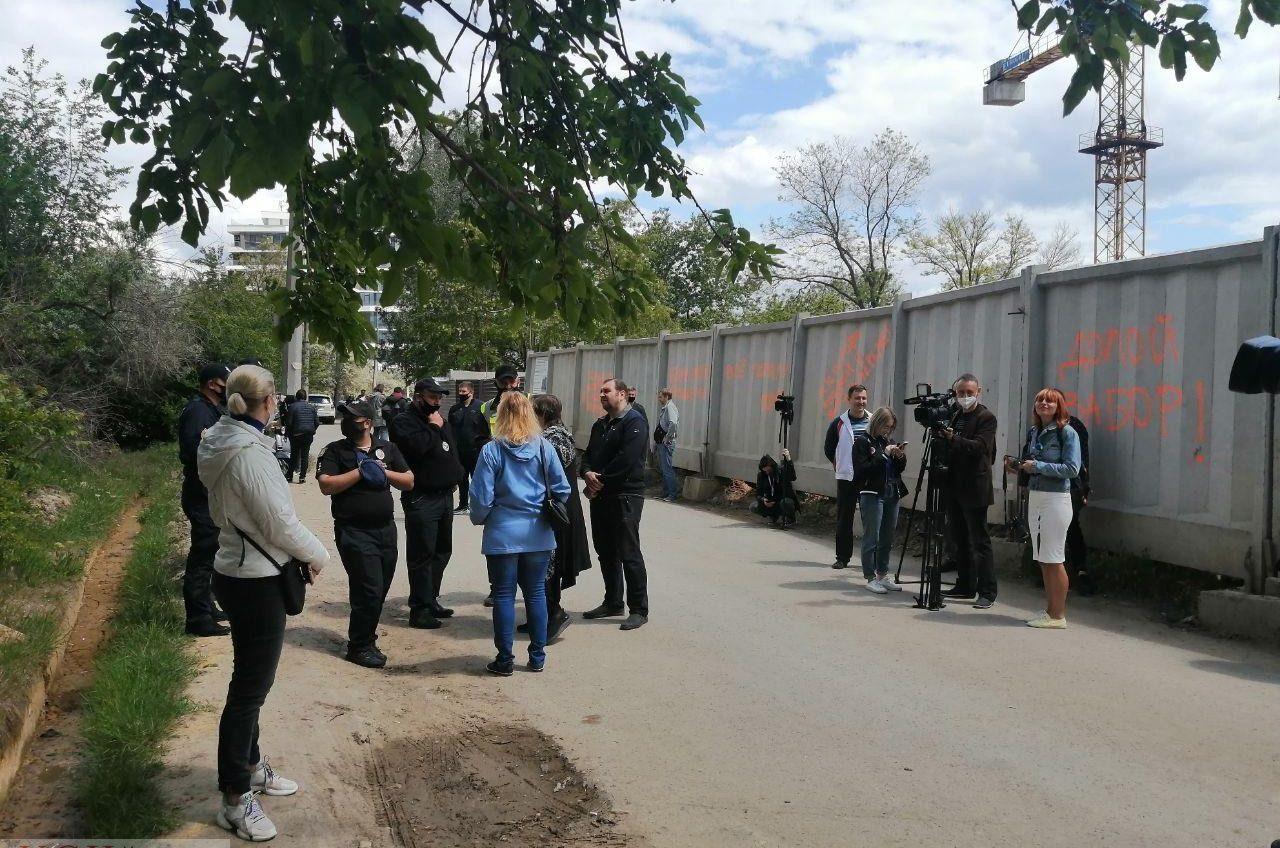 «Стройпротест»: активисты дали застройщику неделю на снос забора на 13-й станции Фонтана (трансляция, фото) «фото»