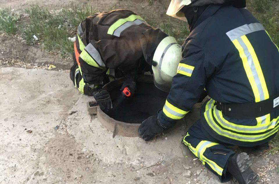 В люке на Глушко случился пожар — внутри оказалась женщина (фото, видео) «фото»