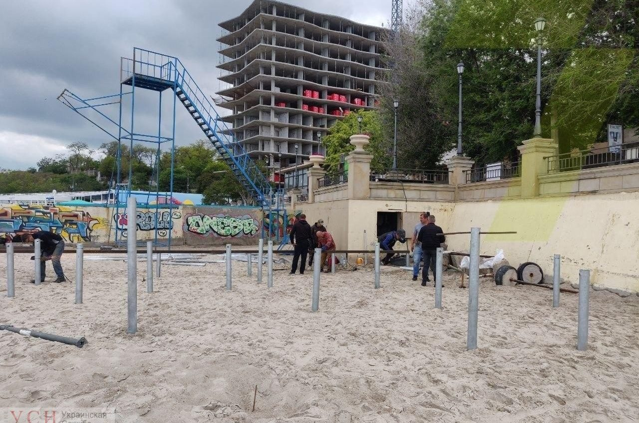 Попытка №3: на 16-й Фонтана арендатор снова вбивает сваи под настил на пляже (фото) «фото»