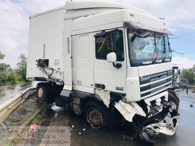 На Объездной дороге грузовик влетел в отбойник «фото»