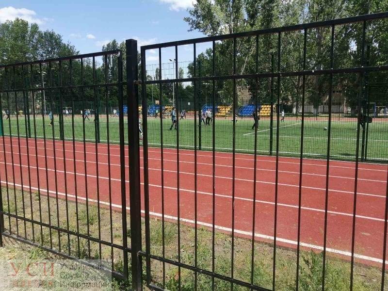 Школьный стадион на Черемушках: местные жалуются, что он открыт для избранных (фото) «фото»