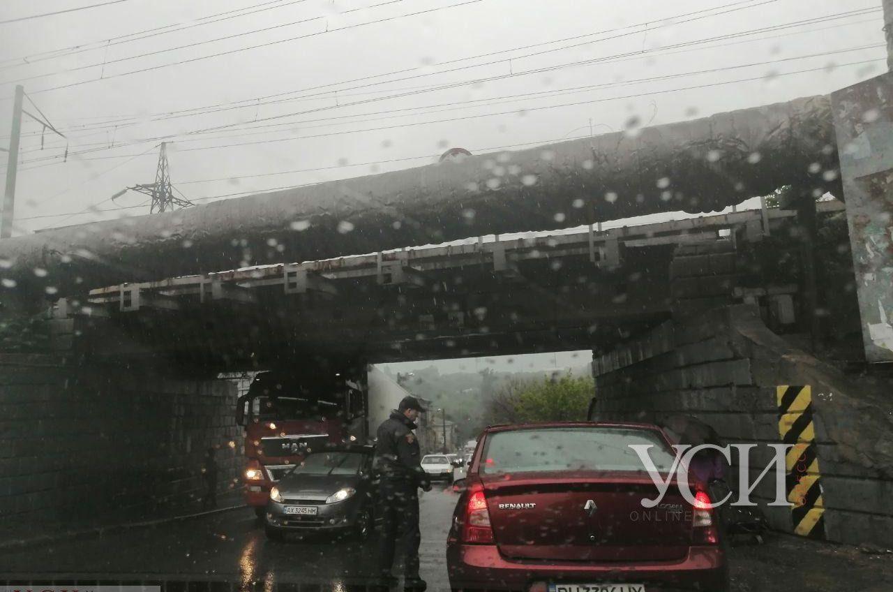 В Одессе под мостом застряла фура (фото) «фото»