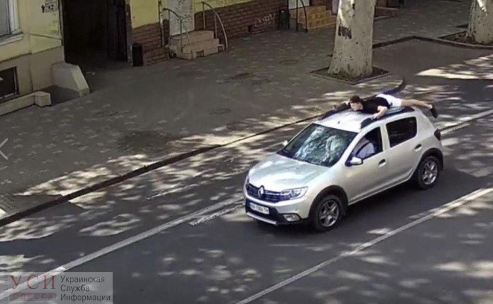 Одесские патрульные нашли водителя, который возил пассажира на крыше (фото) «фото»