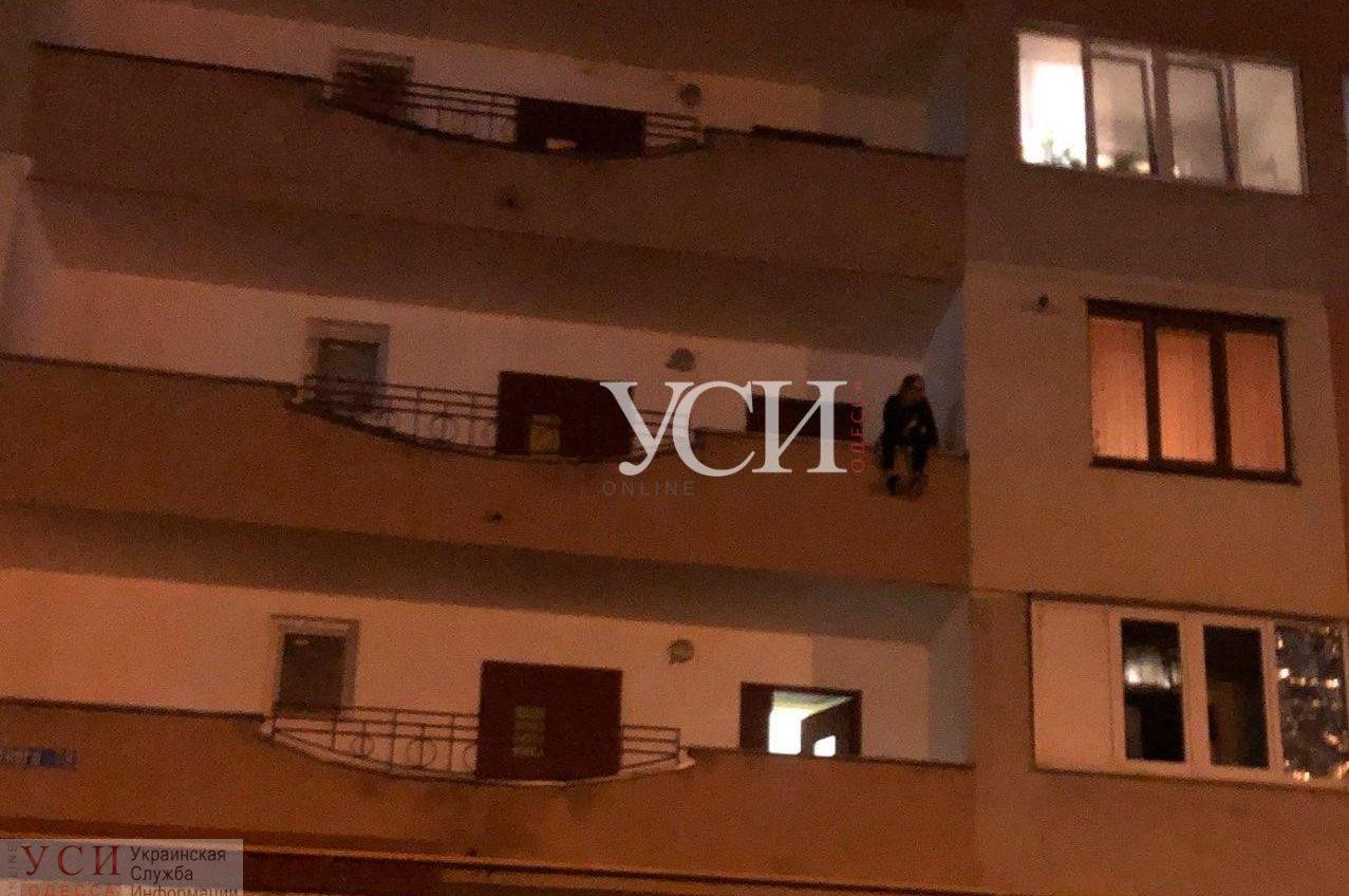 На поселке Котовского женщина, которая зарезала отчима, хотела выброситься с балкона (фото, видео) «фото»