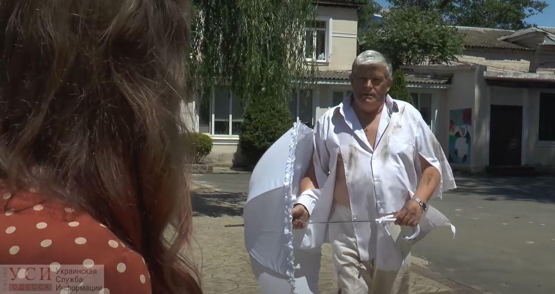 Директор Одесского зоопарка предстал в образе супергероя и спас зонтик дочки (видео) «фото»