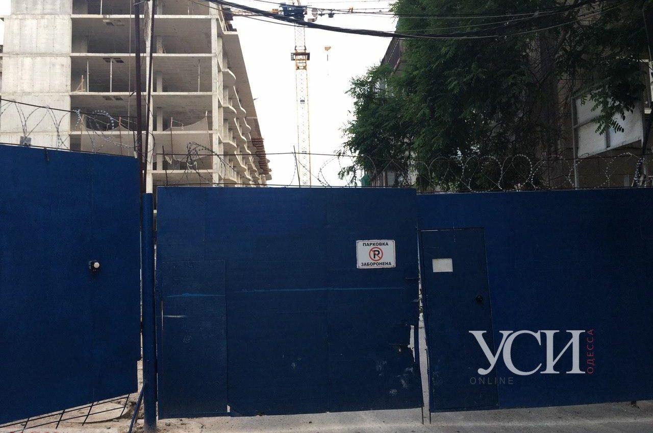 В центре Одессы на строительный кран забрался мужчина и отказывается слезать (фото) «фото»
