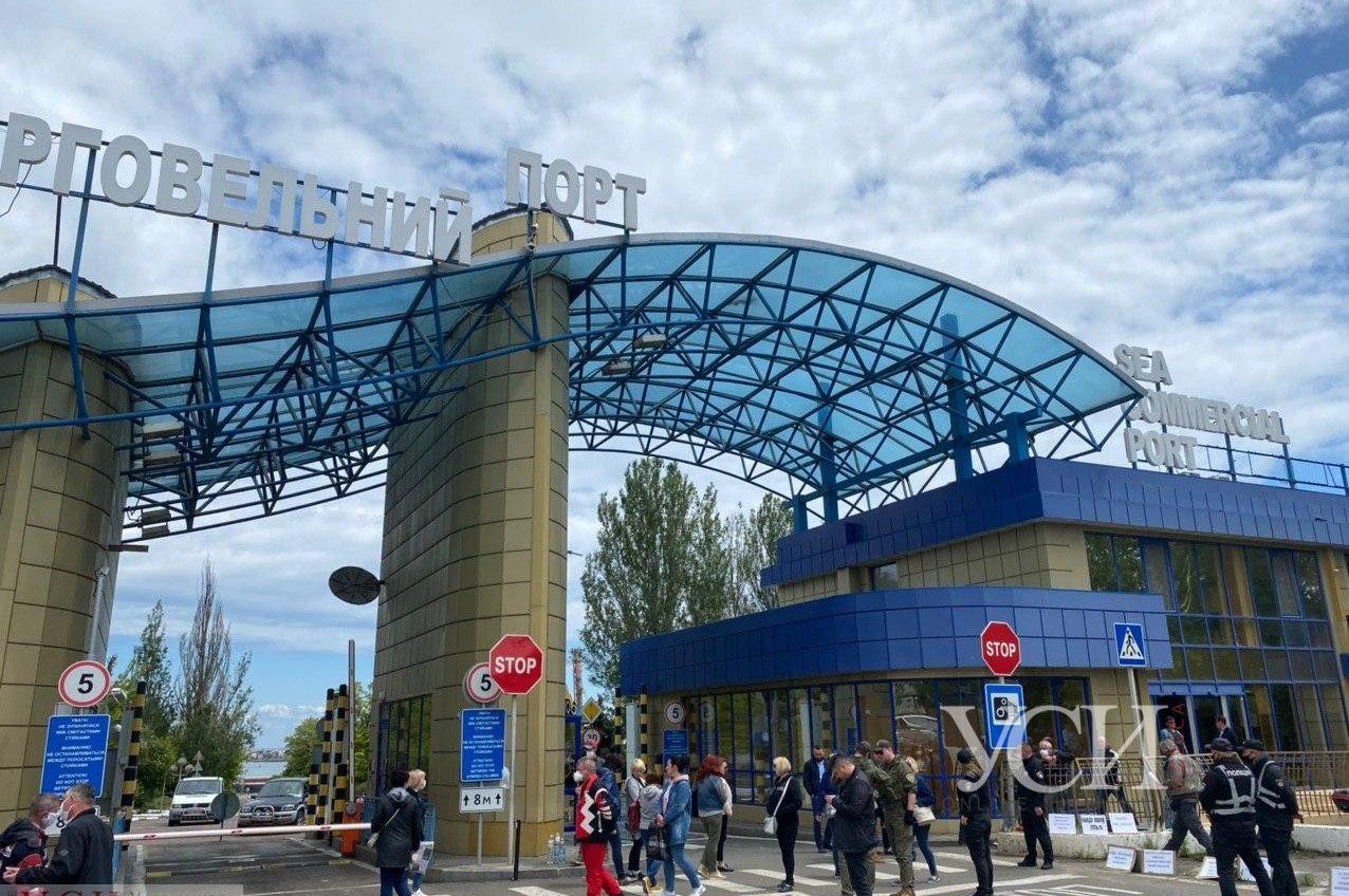 В Черноморске портовики блокируют проходные порта, требуя выплатить им зарплаты, и обещают жечь шины (фото, видео) «фото»