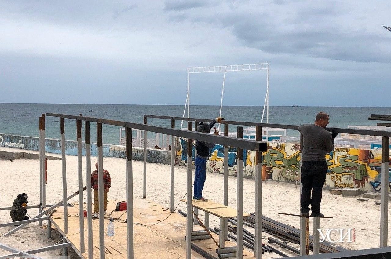 Битва за пляж: частник продолжает строить кафе на песке, а активисты грозят обращением в ГБР (фото, видео) «фото»