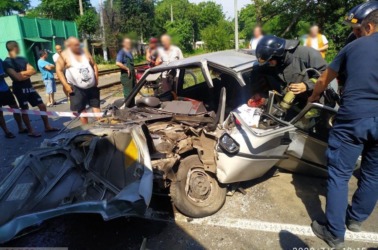 На Черемушках авто влетело в трамвай: водителя пришлось доставать спасателям, его состояние тяжелое (видео) «фото»