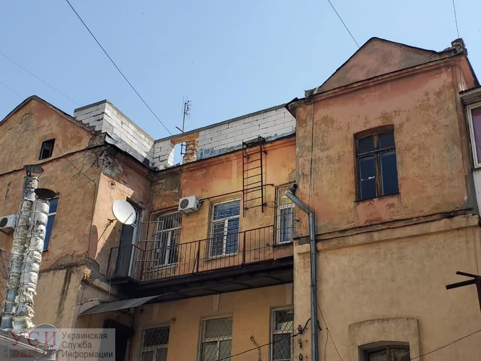 В центре Одессы с памятника архитектуры снесли крышу, чтоб надстроить этаж (фото) «фото»