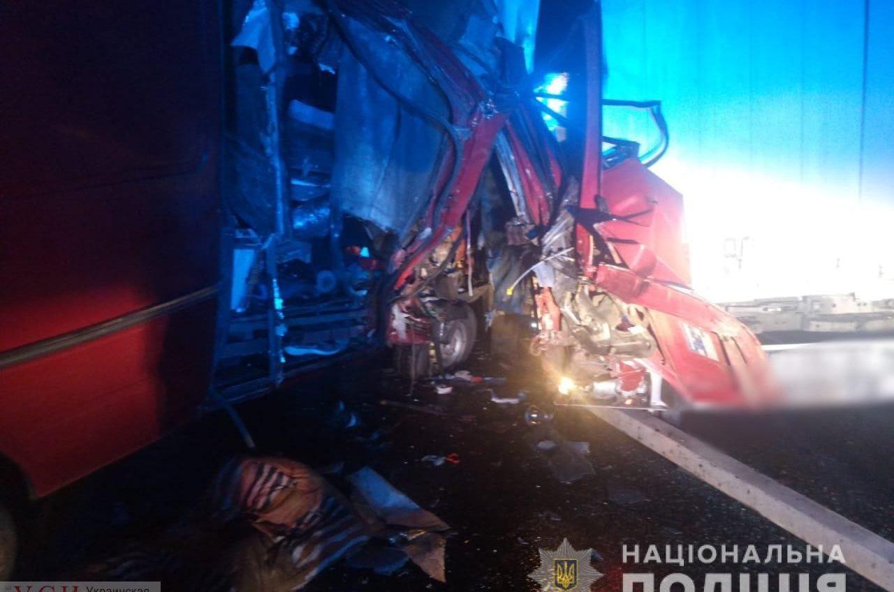 В столкновении микроавтобуса и фуры на Киевской трассе ранены трое, включая 5-летнюю девочку (фото) «фото»