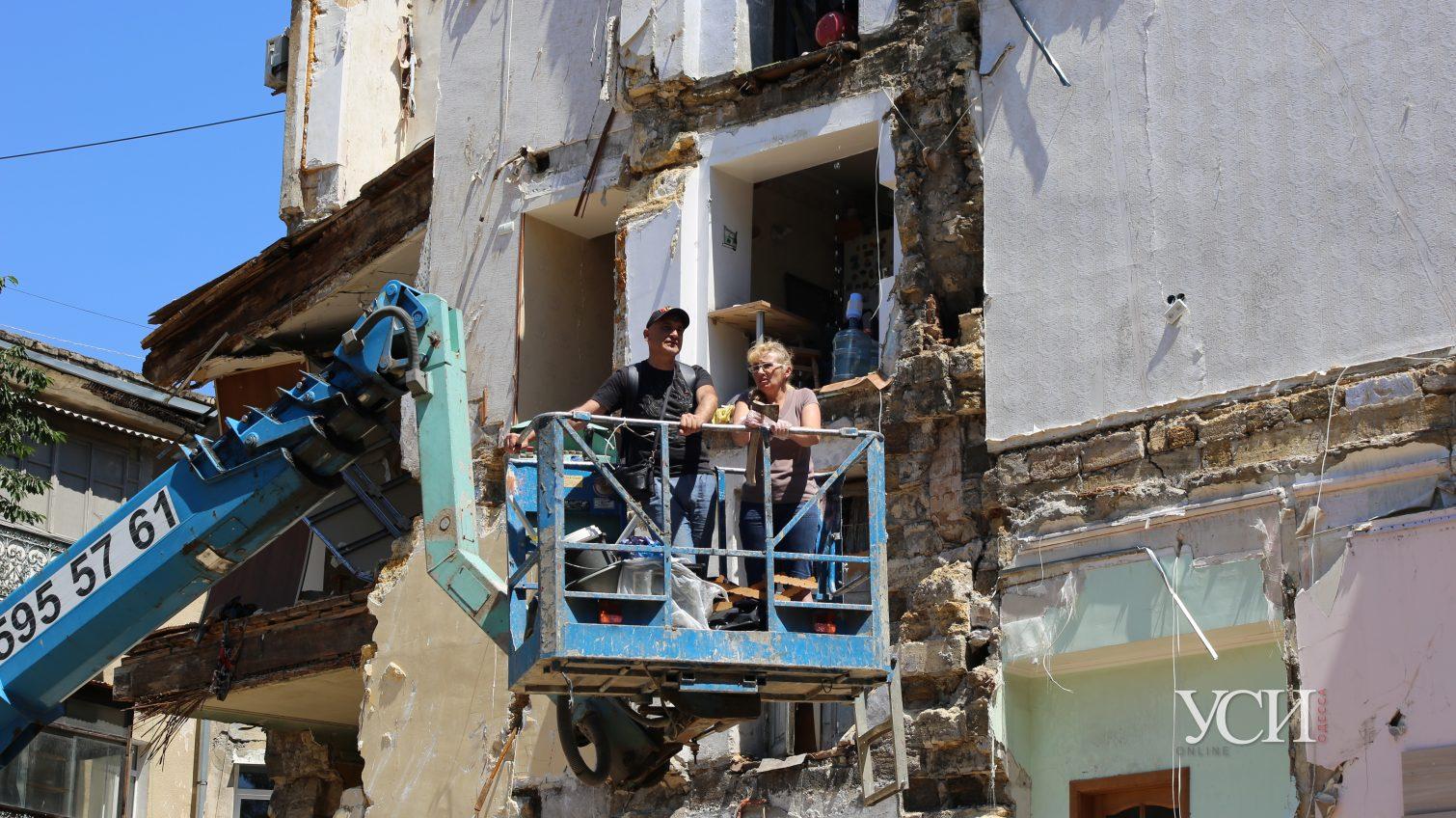 Жильцы рухнувшего дома на Торговой до сих пор вывозят вещи: у них там осталась часть жизни, а компенсацию пока ждут (фото) «фото»