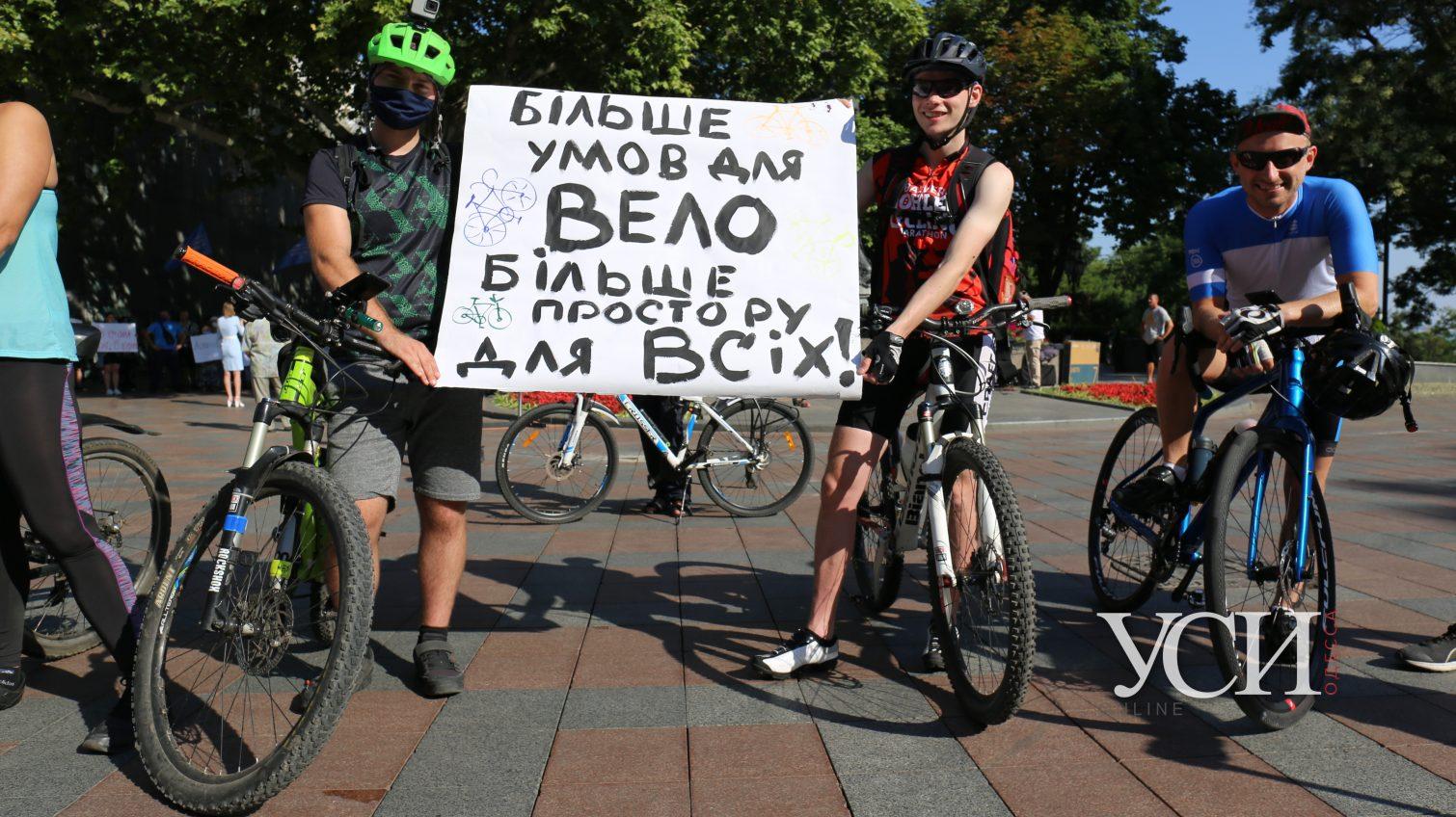 «За велодорожки и нет кредитам»: под мэрией протестуют велосипедисты (фоторепортаж) «фото»