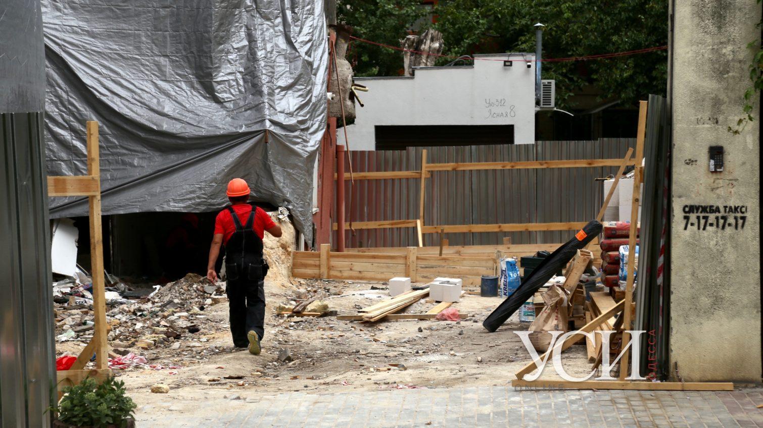 Обрушившийся дом на Ясной обнесли забором и готовятся демонтировать аварийную стену (фото) «фото»