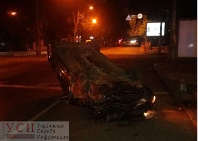 В центре Одессы не поделили дорогу две легковушки: одна из них перевернулась «фото»
