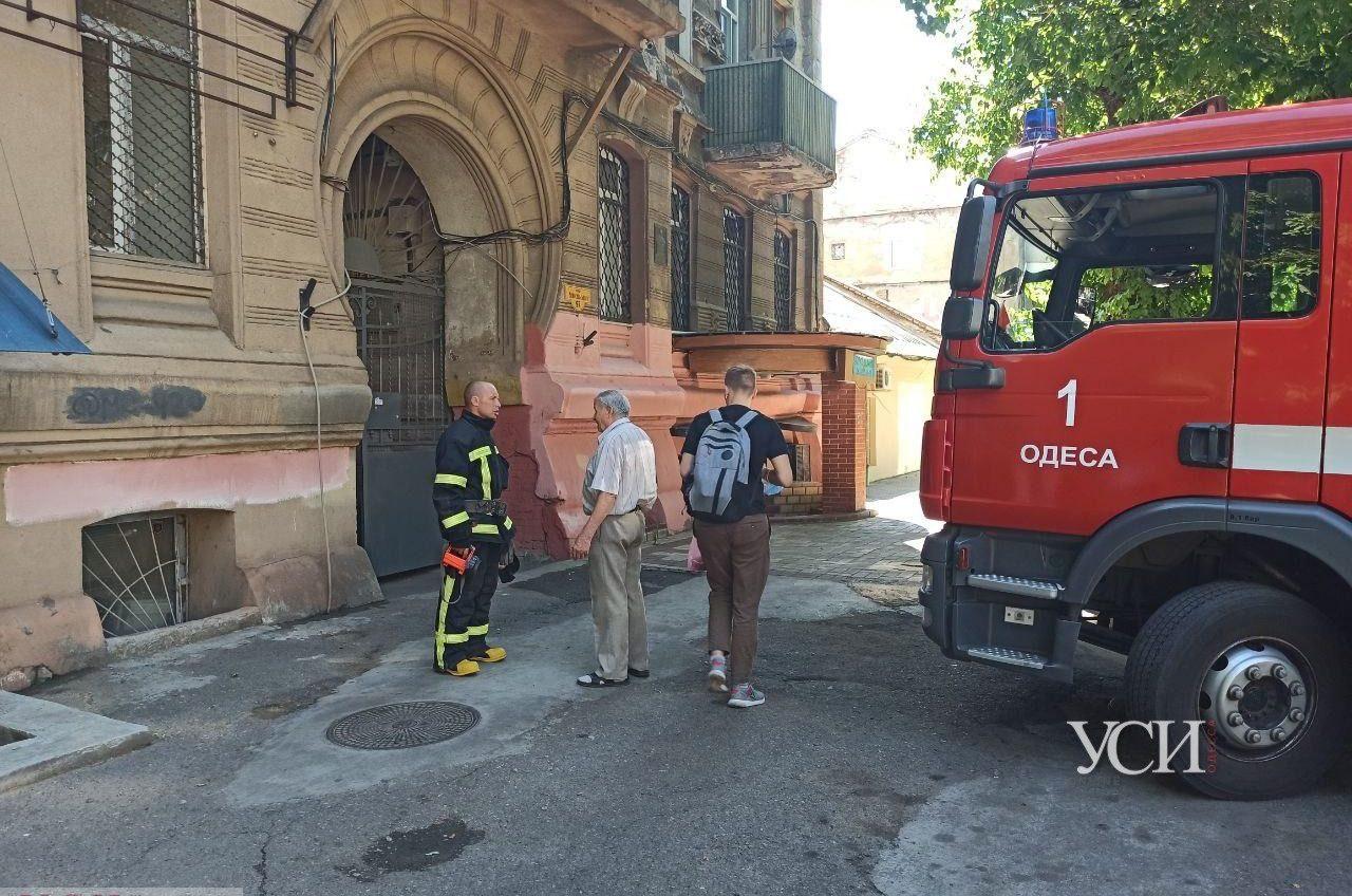 На Новосельского горела квартира: пожарные выломали дверь (фото, видео) «фото»