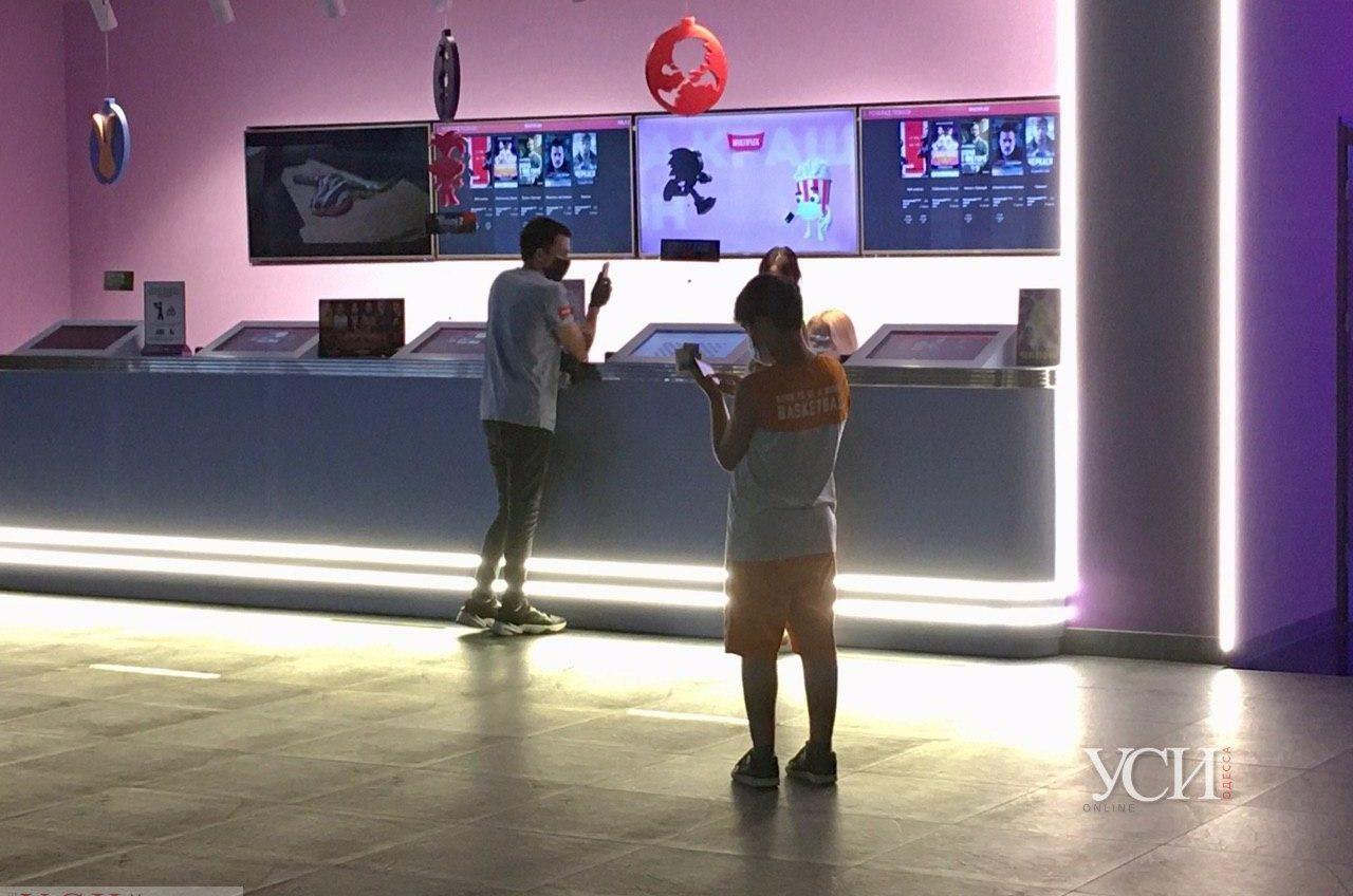 Можно без маски, но дистанцию держать надо: в Одессе открылись кинотеатры «фото»