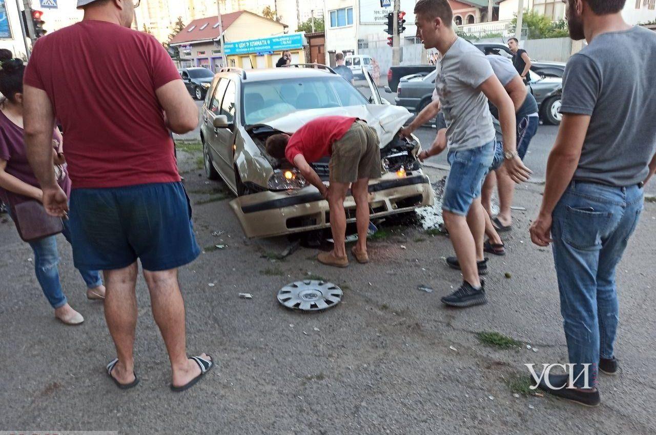 ДТП на Таирова: столкнулись две иномарки (фото, видео) «фото»