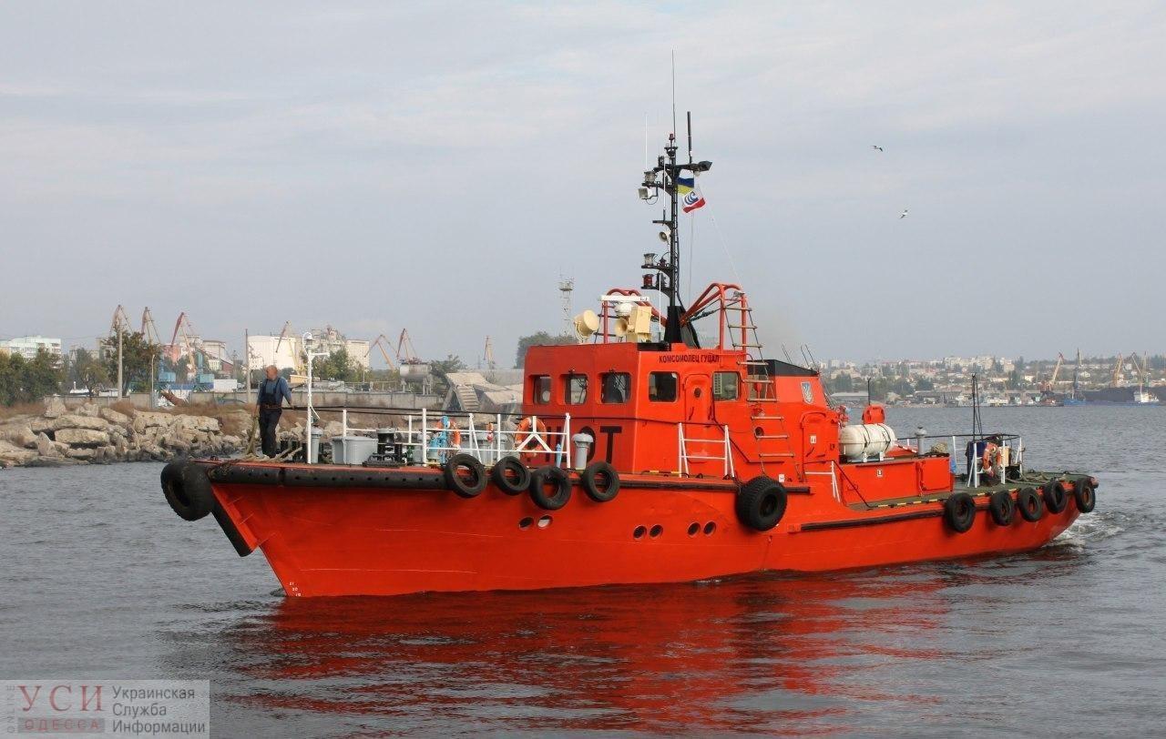 В Южном моряки лоцманского катера спасли девушку, которую унесло в море на надувном матрасе «фото»