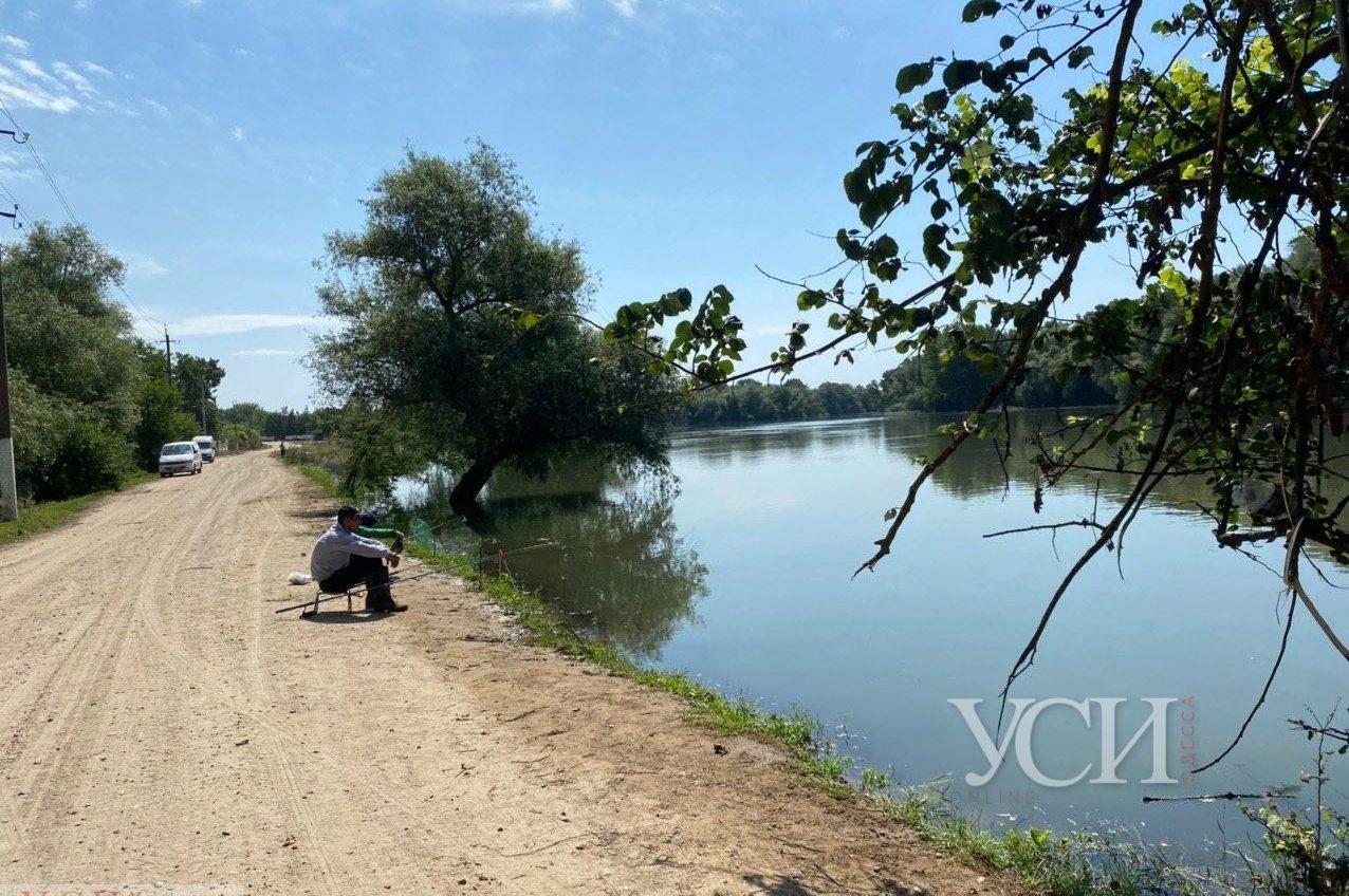 Паводки в Одесской области: люди рыбачат прямо с дороги (фото) «фото»