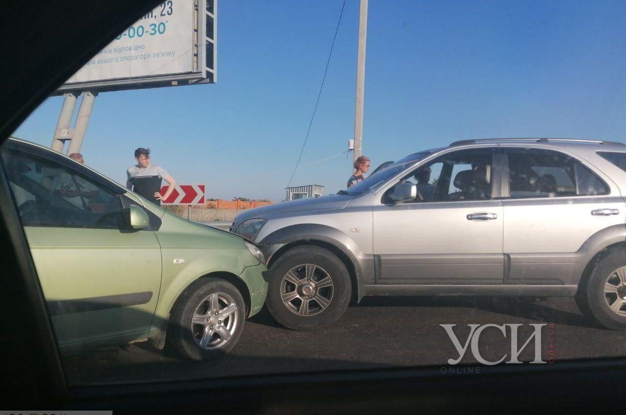 Из-за лобового ДТП на переезде у поселка Таирово на дороге в Черноморск огромная пробка (фото) «фото»