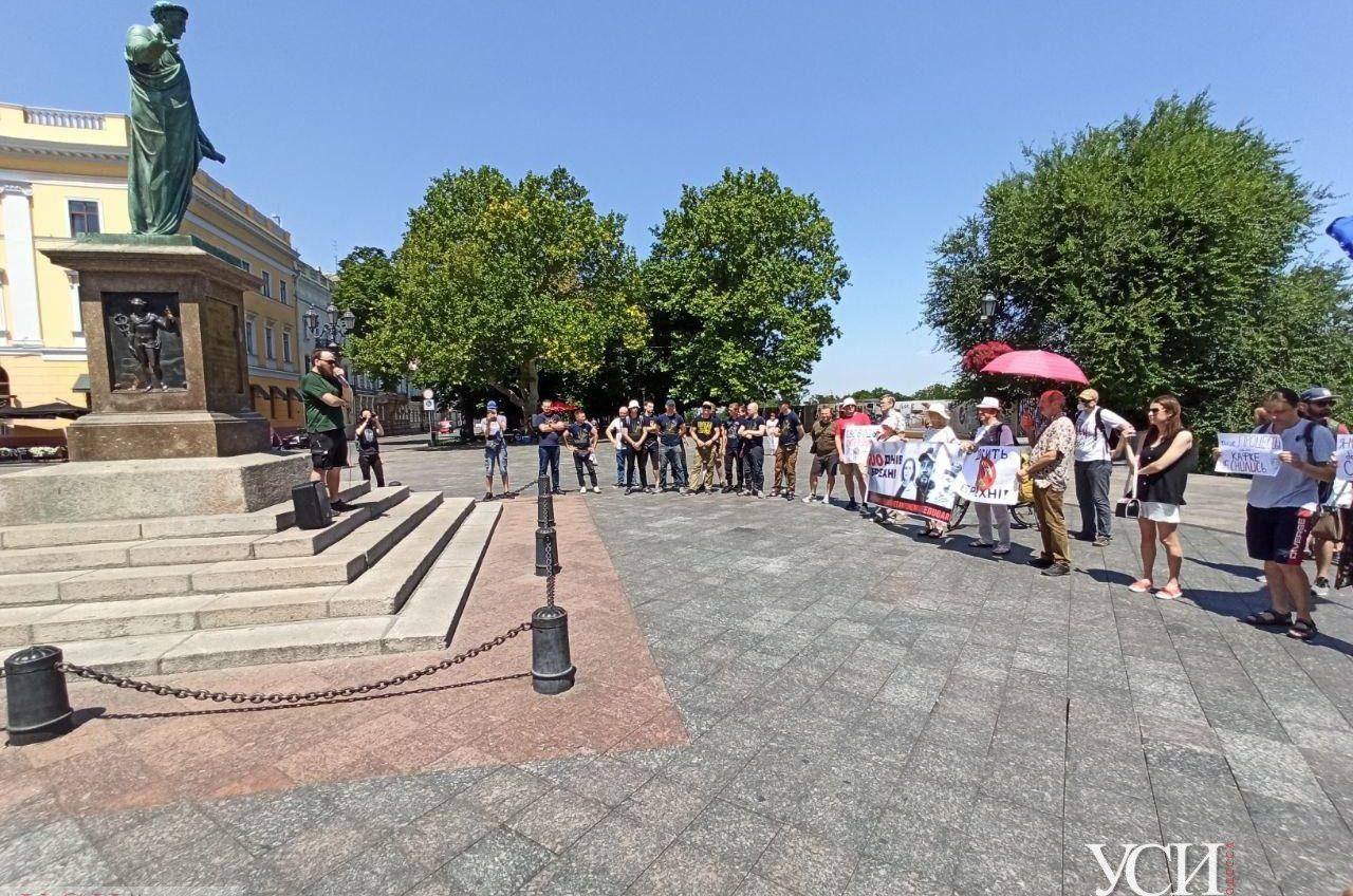 В центре Одессы проходит акция в поддержку медиков и волонтеров, находящихся в СИЗО по делу Шеремета (фоторепортаж) «фото»
