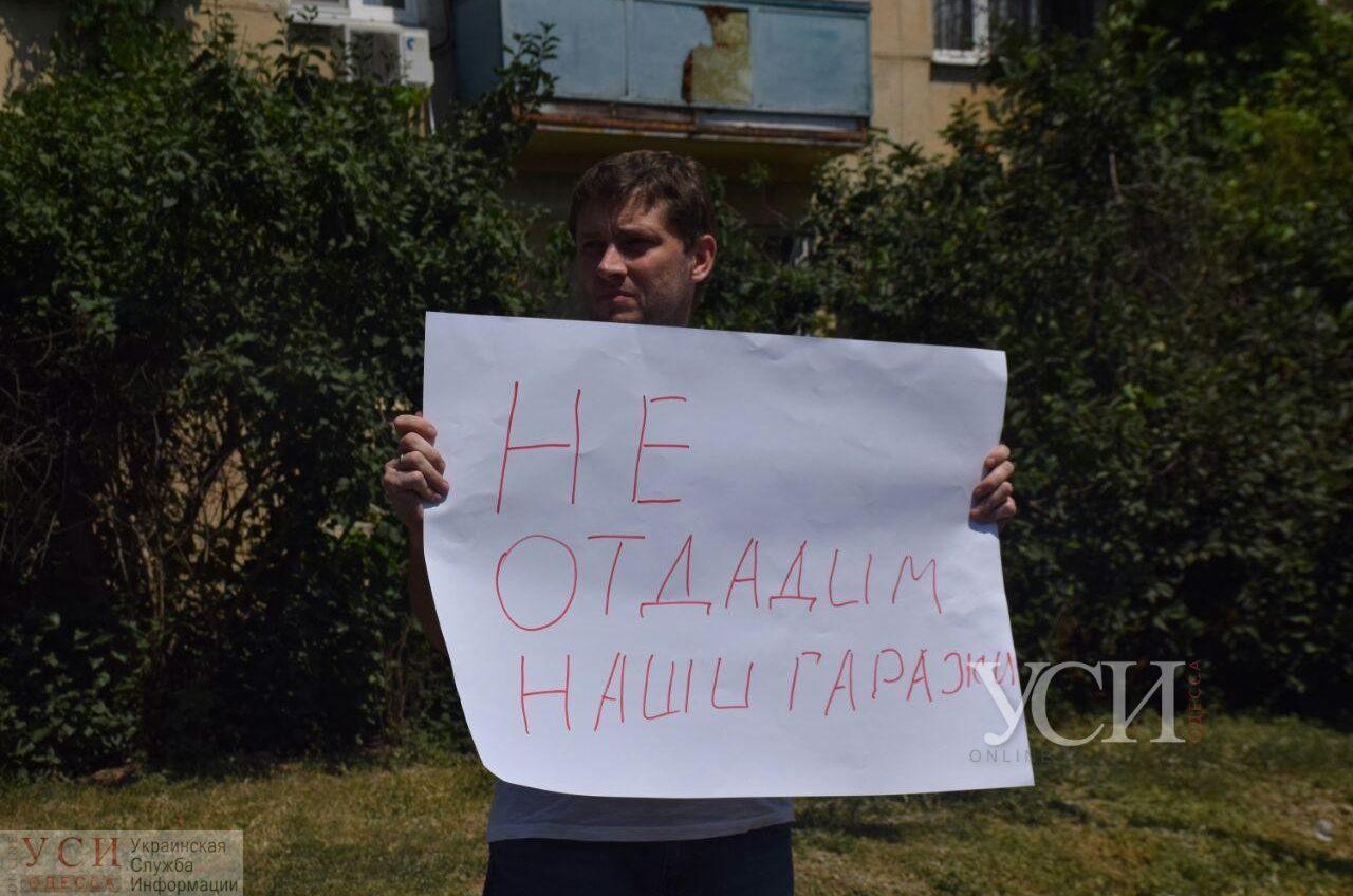 Возле Одесского аэропорта перекрыли дорогу: члены кооперативов протестуют против сноса гаражей (фото, видео) «фото»