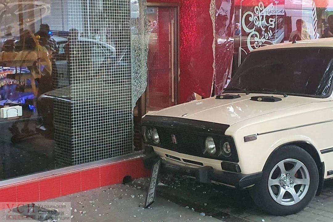 В Одесской области автомобиль врезался в кафе (фото) «фото»