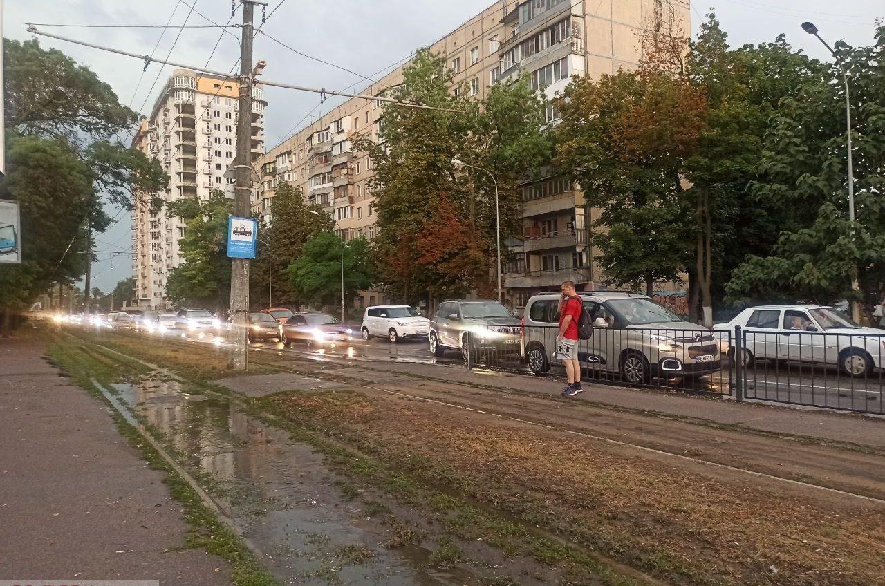 Небольшой дождь усилил пятничные пробки в Одессе (видео) «фото»